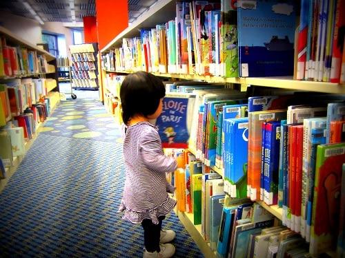 Đưa trẻ tới nhà sách và thư viện