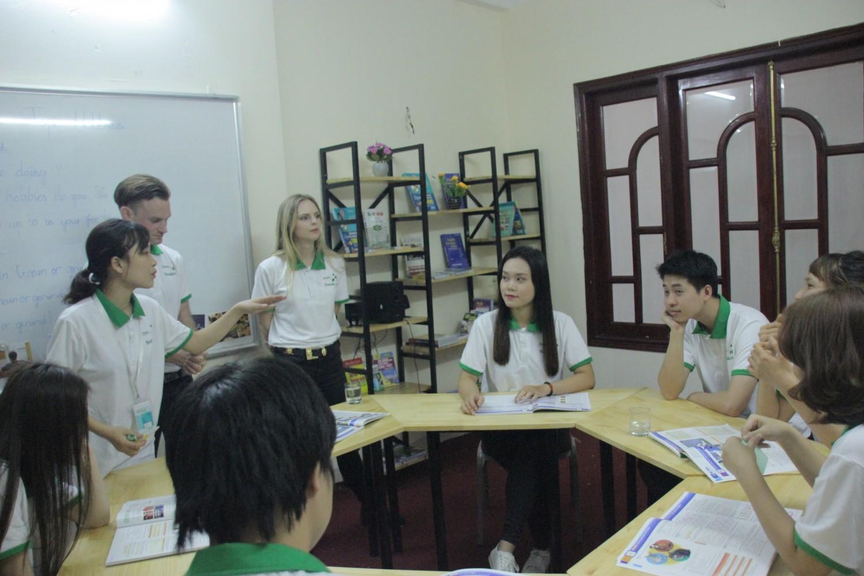 Du học tiếng Anh tại Việt Nam cùng Benative bạn có thể học-ăn-ở cùng Tây 24/7