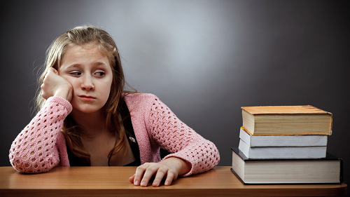 Đọc những cuốn giáo trình nhàm chán là một trong những lý do khiến bạn không thích lớp học tiếng Anh giao tiếp